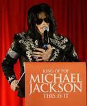 <p>Foto de archivo del cantante Michael Jackson durante una conferencia de prensa en la Arena 02 de Londres, 5 mar 2009. Un productor musical demandó el miércoles a Michael Jackson para evitar que cante este año en Londres, reclamando que sus apariciones violarían un contrato previo. REUTERS/Stefan Wermuth</p>