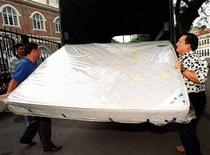 <p>Foto de archivo de la descarga de un colchón en Kuala Lumpur, 31 dic 1998. Una búsqueda del tesoro dentro de la basura fue el tema de conversación en Israel el miércoles, luego de que una mujer dijera que accidentalmente había botado un colchón relleno con un millón de dólares en billetes. REUTERS/Bazuki Muhammad</p>
