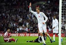 <p>Нападающий сборной Англии Питер Крауч празднует гол в ворота сборной Андорры в отборочном матче Чемпионата мира по фтуболу 2010 года в Лондоне 10 июня 2009 года. В среду в Европе состоялись отборочные матчи квалификационного турнира чемпионата мира 2010 года. REUTERS/Toby Melville</p>