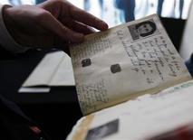 <p>Ministro da Holanda, Ronald Plasterk, com o diário de Anne Frank após coletiva de imprensa em Amsterdam. 11/06/2009. REUTERS/Cris Toala Olivares</p>