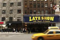 """<p>Foto de archivo de una multitud reunida a las afueras del teatro Ed Sullivan para obtener boletos para el """"Late Show with David Letterman"""" en Nueva York, 2 ene 2008. El senador republicano John McCain tiene un mensaje para el comediante de la televisión nocturna David Letterman: basta con las bromas sobre Sarah Palin y su familia. REUTERS/Lucas Jackson</p>"""