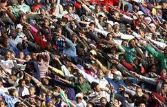 <p>Torcedores saúdam a seleção brasileira durante treino no estádio Seisa Ramabodu em Bloemfontein, África do Sul. O Brasil estreia na Copa das Confederações na segunda-feira, contra o Egito. REUTERS/Paulo Whitaker</p>