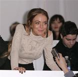 <p>Foto de archivo de la actriz Lindsay Lohan hablando con la prensa antes de la presentación de la colección Charlotte Ronson durante la semana de la moda de Nueva York, 13 feb 2009. Unas joyas de diamantes valuadas en unas 250.000 libras esterlinas (410.000 dólares) desaparecieron luego de una sesión fotográfica en Londres en la que participó la actriz estadounidense Lindsay Lohan, señalaron el martes su representante y la policía británica. REUTERS/Carlo Allegri</p>