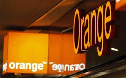 <p>France Télécom, maison mère d'Orange, a confirmé qu'il pourrait porter plainte auprès de la Commission européenne si le prix de 240 millions d'euros recommandé pour la quatrième licence de téléphonie mobile de troisième génération (3G) était retenu par le gouvernement. /Photo d'archives/REUTERS/Eric Gaillard</p>