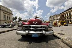 <p>A vintage taxi waits for customers at Cuba's Capitol in Havana in this May 27, 2009 file photo. REUTERS/Desmond Boylan/Files</p>