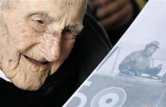 <p>Britain's oldest man, Henry Allingham, looks at a card displaying a picture of a WW1 pilot during his 113th birthday party at HMS President, in London June 6, 2009. REUTERS/Luke MacGregor</p>