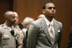 <p>El cantante R&B Chris Brown durante una audiencia preliminar en una Corte Criminal de Los Angeles, 22 jun 2009. Brown se declaró el lunes culpable de atacar a su ex novia, la estrella pop Rihanna y podría ser sentenciado a cinco años de libertad condicional. REUTERS/Lori Shepler/Pool</p>