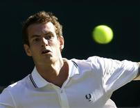 <p>Andy Murray of Britain returns the ball to Robert Kendrick of the U.S. during their match at the Wimbledon tennis championships in London June 23, 2009. REUTERS/Stefan Wermuth</p>