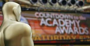 <p>An Oscar statue is pictured alongside a banner during preparations for the 81st Academy Awards in Hollywood, California February 21, 2009. REUTERS/Mario Anzuoni</p>