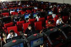 """<p>Un cybercafé à Changzhi, dans la province de Shanxi. Le ministère chinois des Affaires étrangères accuse le moteur de recherche en langue anglaise de Google de diffuser des contenus """"vulgaires et pornographiques"""" contraires à la loi chinoise. /Photo prise le 25 juin 2009/REUTERS</p>"""