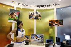 <p>Microsoft a décidé de baisser les prix de son système d'exploitation Windows 7 par rapport à ceux de Vista pendant quelques semaines, afin d'attirer les consommateurs dans un contexte de récession qui pèse sur les dépenses dans le secteur technologique. /Photo prise le 2 juin 2009/REUTERS/Nicky Loh</p>