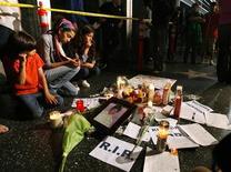 <p>Candele, fiori e biglietti lasciati dai fan di Michael Jackson. REUTERS/Mario Anzuoni</p>
