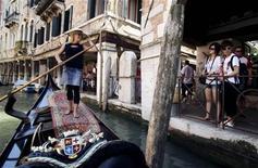 <p>Giorgia Boscolo, âgée de 23 ans, a mis fin à un monopole masculin de neuf siècles sur les canaux vénitiens en passant avec succès les redoutables examens de gondolier. /Photo prise le 26 juin 2009/REUTERS/Manuel Silvestri</p>