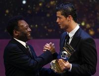 <p>Cristiano Ronaldo con Pelè. REUTERS/Christian Hartmann</p>