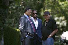 <p>Joe Jackson, pai de Michael Jackson, conversando com o Reverendo Jesse Jackson (esq) e seu filho Jesse Jackson Jr (c) fora da casa da família em Encino, Los Angeles. REUTERS/Mario Anzuoni</p>