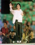 <p>Michael Jackson actúa en Pasadena, California, en esta foto de archivo del 31 de enero de 1993. El segundo interrogatorio de la policía al médico que atendía a la estrella del pop Michael Jackson no dio ninguna información que pudiera sugerir que haya cometido un delito, publicó el domingo el diario Los Angeles Times. REUTERS/Gary Hershorn/Files (GENTE JACKSON MEDICO)</p>
