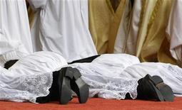 <p>Papa: ritrovati frammenti di ossa nella tomba di San Paolo. REUTERS/Michaela Rehle</p>