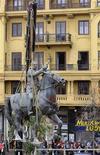 <p>Una statua che ritrae Francisco Franco a cavallo viene rimossa da una piazza di Santander, nel nord della Spagna. REUTERS/Nacho Cubero</p>