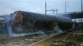 <p>Задымление в зоне схода товарного поезда и последующего взрыва цистерн со сжеженным газом в Виареджо 30 июня 2009 года. Как минимум 14 человек погибли и 50 получили ранения в ночь на вторник в результате схода с рельсов товарного состава и последующего взрыва цистерн со сжиженным газом в итальянском Виареджо, курортном городе на побережье Тосканы. REUTERS/Ho New</p>
