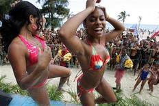 """<p>Imagen de archivo en que mujeres bailan en un concurso de raggaetón durante un evento organizado por la Unión de Jóvenes Comunistas de Cuba y el Instituto Nacional de Deportes, en La Habana, 23 jul 2006. Sin mucho apoyo oficial ni espacio en las radios estatales, la música que los reggaetoneros cubanos graban en estudios improvisados como este se transmite luego como una epidemia mediante discos caseros y memorias flash. Y así la fiebre tropical del reggaeton abrasa Cuba, haciendo delirar a los jóvenes y levantando ronchas a un """"establishment"""" cultural alarmado por sus letras a menudo vulgares como """"Coge mi tubo"""" o """"Métela"""". REUTERS/Claudia Daut/Archivo</p>"""