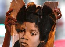<p>Fã levanta foto de Michael Jackson. Testamento do cantor foi registrado em tribunal de Los Angeles. REUTERS/Lucas Jackson</p>