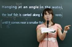 <p>English teacher Rose Lee gives a lecture at a cram school in Seoul June 18, 2009. REUTERS/Lee Jae-Won</p>