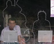 <p>Un uomo in un internet cafè in Corea del Sud. To match feature KOREA-INTERNET REUTERS/Jo Yong-Hak (SOUTH KOREA)</p>
