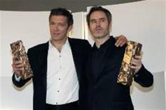 """<p>O ator francês Vincent Cassel e o diretor Jean-François Richet exibem prêmios recebidos pelo filme """"Inimigo Público no. 1 - Instinto de Morte"""", em Cannes. REUTERS/Gonzalo Fuentes</p>"""