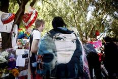 <p>Fans pay tribute by a memorial for deceased pop star Michael Jackson outside the Jackson family home in Encino, California July 3, 2009. REUTERS/Eric Thayer</p>