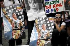<p>Fan di Michael Jackson a Città del Messico. He was 50. REUTERS/Eliana Aponte</p>
