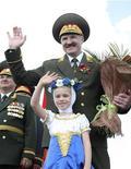 <p>Президент Белоруссии Александр Лукашенко во время празднования Дня независимости республики в Минске 3 июля 2009 года, Всё больше жителей Белоруссии склоняются к идее вступления в Евросоюз и их число практически сравнялось со сторонниками союза с Россией, свидетельствуют данные опроса.REUTERS/Nikolai Petrov/Pool</p>