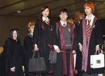 """<p>Fãs do filme Harry Potter fantasiados para a estreia de """"Harry Potter e o Enigma do Príncipe"""" em Tóquio. 06/07/2009. REUTERS/Kim Kyung-Hoon</p>"""