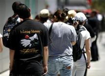 <p>Fans of deceased pop star Michael Jackson stand in line outside Staples Center in Los Angeles, July 6, 2009. REUTERS/Mario Anzuoni</p>