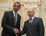 """<p>Президент США Барак Обама (слева) на встрече с премьером РФ Владимиром Путиным в Москве 7 июля 2009 года. Президент США Барак Обама в понедельник пять часов проговорил со своим """"откровенным и профессиональным"""" российским коллегой Дмитрием Медведевым, после чего случайно назвал президентом России Владимира Путина. REUTERS/Jim Young</p>"""