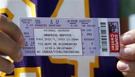 <p>Fã Joey Daniel com seu ingresso para assitir ao funeral de Michael Jackson em Los Angeles. 06/07/2009. REUTERS/Mario Anzuoni</p>