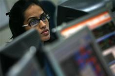 <p>Operadora olha para tela de computador em Mumbai. A empresa de pesquisa de mercado Gartner prevê que os gastos globais com tecnologia da informação devem cair 6 por cento em 2009, declínio mais acentuado que a projeção anterior de 3,8 por cento, devido à crise econômica e aos movimentos de câmbio.</p>