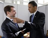 <p>Президент России Дмитрий Медведев пожимает руку президенту США Бараку Обаме на деловом саммите в Москве 7 июля 2009 года. Президент США Барак Обама приободрил российских оппозиционеров на закрытой для прессы встрече в Москве во вторник, посоветовав им набраться терпения. REUTERS/RIA Novosti/Kremlin/Dmitry Astakhov</p>