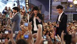 <p>The Jonas Brothers, (from L-R) Nick Joe and Kevin Jonas, perform during the 2009 MuchMusic Video Awards in Toronto June 21, 2009. REUTERS/Mark Blinch</p>