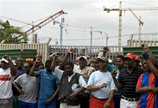<p>Foto de arquivo de trabalhadores do Sindicato Nacional de Mineradores (NUM, na sigla em inglês) em greve em Durban. 15/11/2007. REUTERS/Rogan Ward</p>