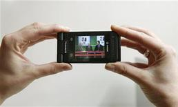 <p>Immagine d'archivio. To match feature TELEVISION-MOBILE/ REUTERS/Albert Gea/Files (SPAIN SCI TECH BUSINESS)</p>