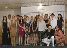 <p>Miembros de la compañía de danza Royal Ballet de Londres posan para fotógrafos antes de una conferencia de prensa en La Habana. Julio 11, 2009. Casi 80 bailarines, unos 50 técnicos y directivos del Royal Ballet de Londres comenzaron el sábado los preparativos simultáneos en dos teatros de La Habana con miras a la primera actuación en Cuba de la afamada compañía británica, dijo Mónica Mason, directora general. REUTERS/Enrique De La Osa (ENTRETENIMIENTO CUBA ROYAL)</p>