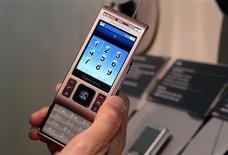 <p>Le Cybershot C905 de Sony Ericsson. Le cinquième fabricant mondial de combinés mobiles fait état d'une perte avant impôt de 283 millions d'euros au deuxième trimestre (alors que le consensus Reuters donnait une perte de 284 millions d'euros) et confirme sa prévision d'une contraction de 10% au moins du marché mondial des combinés mobiles cette année. /Photo prise le 7 janvier 2009/REUTERS/Steve Marcus</p>