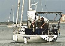 <p>Après 13 mois en mer à bord de son sloop de 36 pieds baptisé Intrepid, Zac Sunderland, un Californien de 17 ans, est devenu jeudi le plus jeune marin à avoir accompli un tour du monde à la voile en solitaire. /Photo prise le 25 juin 2009/REUTERS/Jen Edney/HO</p>