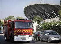 <p>Un camion dei pompieri fuori dallo stadio di Marsiglia, dove il crollo del palco montato per il concerto di Madonna è crollato uccidendo due operai. REUTERS/Vincent Beaume (FRANCE DISASTER ENTERTAINMENT)</p>