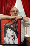 <p>L'artista belga Jan Bucquoy mostra un ritratto di Margaret Thatcher all'Underpants Museum di Bruxelles . REUTERS/Thierry Roge (BELGIUM SOCIETY)</p>