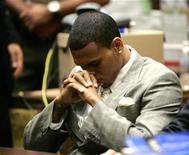 """<p>Foto de archivo del cantante Chris Brown durante una audiencia preliminar en una corte criminal en Los Angeles, EEUU, 22 jun 2009. El cantante de R&B Chris Brown emitió el lunes su primera disculpa pública tras atacar a su novia de entonces Rihanna, describiendo su falta de control como """"100 por ciento inaceptable"""" y pidiendo perdón a sus seguidores. REUTERS/Lori Shepler/Pool</p>"""