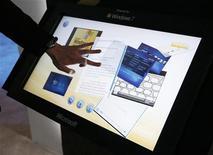 <p>Un uomo sperimenta le funzioni touch screen di Windows 7 al Consumer Electronics Show (CES) di Las Vegas. REUTERS/Rick Wilking (UNITED STATES)</p>