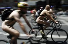 <p>Naked cyclists take part in a protest through central Madrid, June 9, 2007. REUTERS/Susana Vera</p>