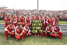 <p>Equipe da Ferrari mostra painel de solidariedade ao piloto brasileiro Felipe Massa, internado na Hungria após grave acidente no sábado. REUTERS/Stringer</p>