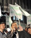 <p>Лидер киргизской оппозиции Алмазбек Атамбаев (в центре) на митинге в Бишкеке 23 июля 2009 года. Лидер киргизской оппозиции Алмазбек Атамбаев отправился в Россию, рассчитывая на поддержку Москвы, чтобы оспорить итоги прошежших в четверг президентских выборов, которые с большим отрывом выиграл действующий президент Киргизии Курманбек Бакиев. REUTERS/Vladimir Pirogov</p>
